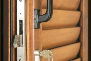 Porta con persiane in ferro